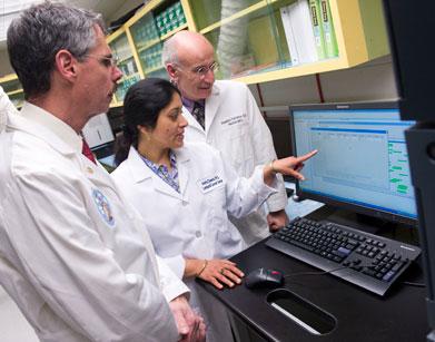Alzheimer, una diagnosi precoce attraverso un test del sangue: Da sinistra, i ricercatori della Georgetown university Georgetown Dr. Howard J. Federoff, Amrita K. Cheema, professore associato di oncologia e co-direttore della metabolomica del GUMC ed il dottor Massimo S. Fiandaca, professore associato di neurologia: sono tra i co-inventori di un esame del sangue in grado di prevedere con una precisione del 90% se una persona sana svilupperà compromissione cognitiva lieve (MCI) o il morbo di Alzheimer entro tre anni.