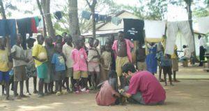 Attività di animazione con u bambini ugandesi