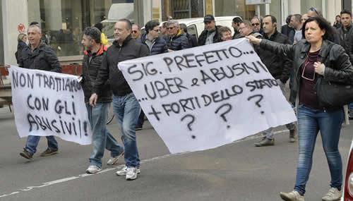 La protesta di tassisti contro Uber a Milano (Fonte: Unione di Rappresentanza Italiana dei Tassisti, Uritaxi, www.Uritaxi.it)