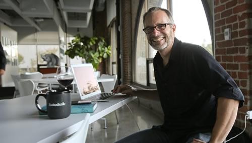 Andrew Hessel, evangelist americano del biotech, ha fondato Pink Army Cooperative per rivoluzionare l'approccio alla cura del cancro con terapie personalizzate