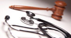 La medicina difensiva, ovvero, le attività diagnostiche e terapeutiche di prassi e spesso ridondanti o la loro omissione per evitare rischi legali, a volte tutelano il paziente, ma più spesso il medico. Con grossi rischi e costi crescenti per la sanità