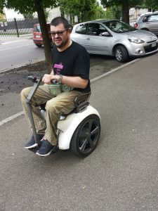 Riccardo Vinciguerra va in giro per Alessandria con la carrozzina Genny