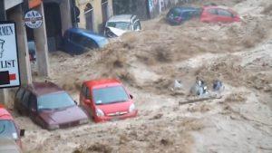 Automobili alla deriva durante l'alluvione dello scorso 10 ottobre a Genova