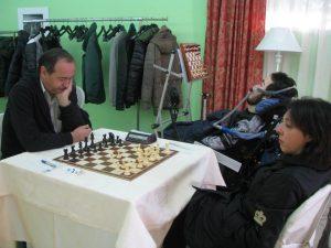 Durante le sue partite, Alessio Viviani osserva la posizione su una scacchiera verticale, e sua madre esegue le mosse sulla scacchiera  canonica