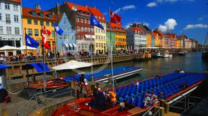 Il canale di Nyhavn a Copenhagen, costeggiato da bellissime casette colorate