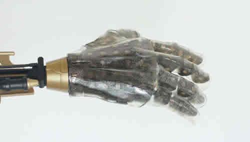 Un'immagine della mano con pelle artificiale utilizzata per testare il nanomateriale a base di silicone che restituisce al sistema nervoso sensazioni tattili