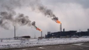 Impianto petrolifero su una delle isole Sakhalin. nella Russia asiatica