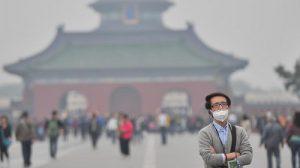 Il Tempio del Cielo, un famoso monumento di Pechino, offuscato dallo smog