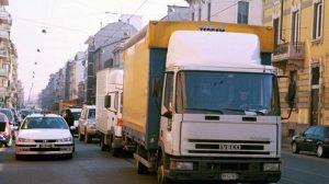 I grossi camion sono uno dei fattori di maggiore inquinamento a Milano
