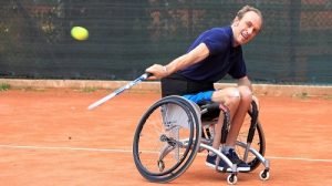 Nicola Codega che gioca a tennis
