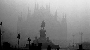Il duomo avvolto dallo smog