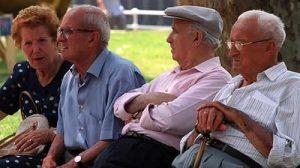Anziani al parco a Napoli. Al meridione la percentuale di anziani è in continua crescita