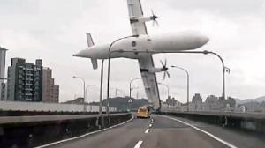 Lo sconvolgente incidente occorso nel febbraio 2015 a Taipei, con l'aereo che ha urtato un viadotto prima di precipitare in un fiume