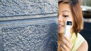 Appostarsi e riprendere le persone tramite uno smartphone non è difficile (dal sito www.gadgetreview.com)