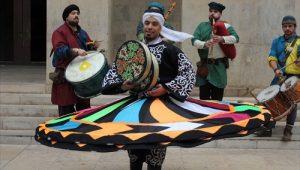 La danza tannura con le sue tipiche gonne colorate e volteggianti