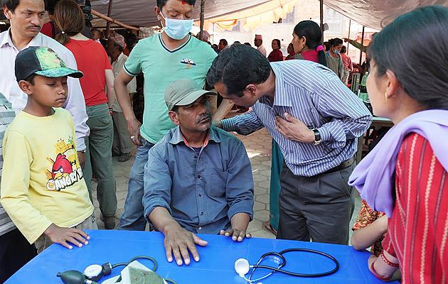 Poveri, donne ed anziani che vivono in zone rurali prime di sanità pubblica, questo il ritratto del paziente con disordini mentali nei paesi poveri (nella foto dell'Oms, un ambulatorio itinerante per la salute mentale in Nepal)