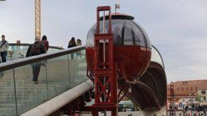 L'ovovia affiancata al Ponte di Calatrava, che non ha quasi mai funzionato