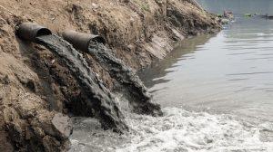 Scarichi velenosi che vengono immessi in mare