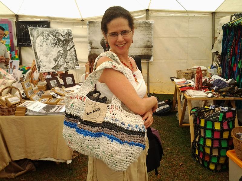 In una fiera in Gran Bretagna un modello di zee Bag prodotta dalle donne sieropositive inserite nel progetto per la riabilitazione dalla depressione Friendship Bench realizzato in uno slum di Harare capitale dell Zimbabwe (http://www.friendshipbenchzimbabwe.com/)