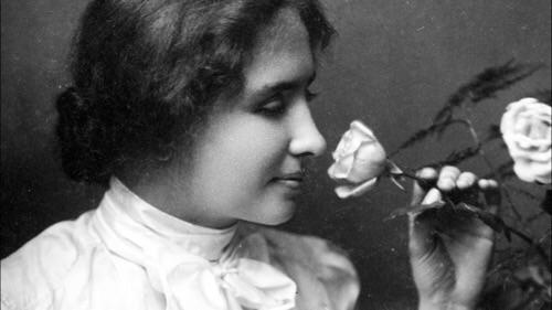 Una giovane Helen Keller annusa un fiore: per fortuna le sensazioni olfattive non le erano precluse