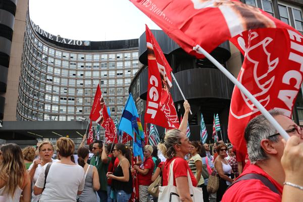 Un momento della manifestazione dei lavoratori dei cup del Lazio del 4 settembre sotto la regione