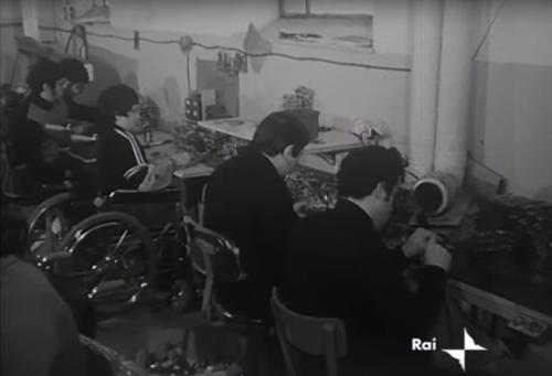 Immagini di un reportage Rai degli anni '70 sull'inserimento lavorativo di persone con disabilità in Capodarco