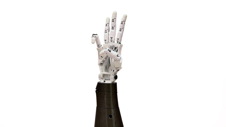 Composto da una mano robotica, una telecamera e un sistema di decodifica e invio dei segni che aiuta le persone sordocieche a comunicare come un telefonino