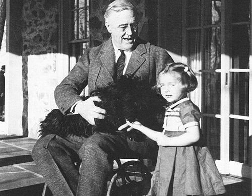 Disabili famosi: Roosevelt in sedia a rotelle insieme alla sua nipotina