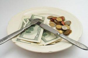 Risparmiare sul cibo mangiando alimenti scaduti, una necessità in tempo di crisi