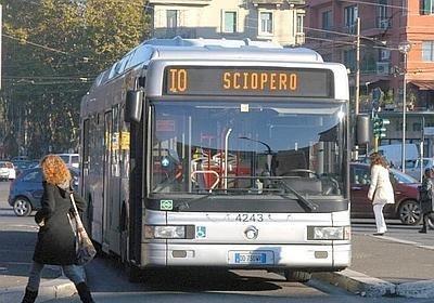 """Bus dell' ATAC con la scritta """"sciopero"""""""