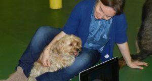 Domenica Patron, insegnante delle elementari esperta in sostegno, con la sua cagnolina Ruh