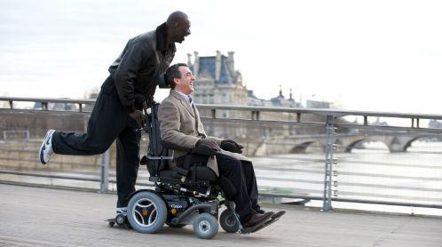 """Una scena del divertente film """"Gli intoccabili"""" che parla di un disabile grave e del suo badante"""