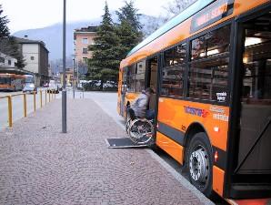 Esempio di fermata accessibile, con la pedana che arriva fino al piano della strada e consente la salita/discesa