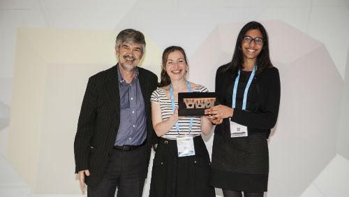 Tre rappresentanti della città di Peterborough che esibiscono il riconoscimento ottenuto. Al centro Cécile Faraud