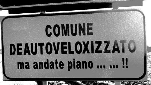 La buffa insegna che compare all'ingresso del comune Livorno Ferraris (VC)