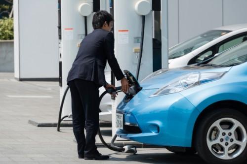 In Giappone il numero  di punti per la ricarica di auto elettriche supera ormai quello  dei distributori di carburanti