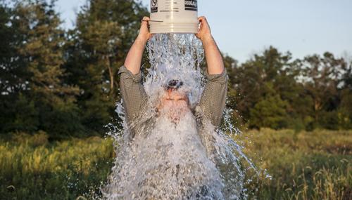 La Ice Bucket Challenge, nel 2014 ha raccolto 100 milioni di dollari per la ricerca: ora arrivano i primi risultati